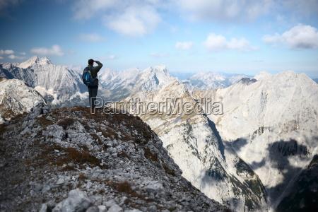 bergsteiger blickt ins umland