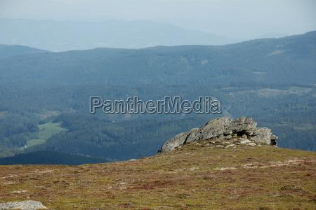 weitlaeufige landschaft in den bergen im