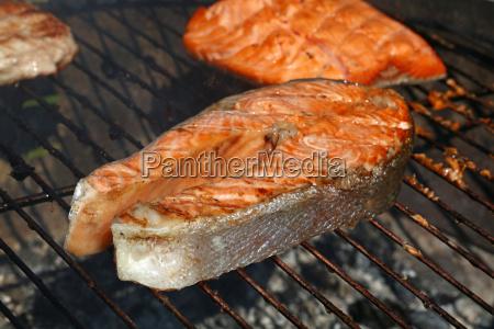 lachsfischsteak grillgrill der nah oben kocht