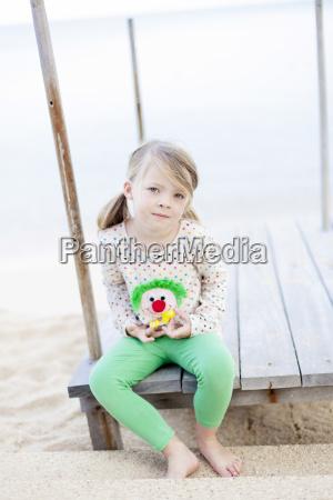 glueckliches maedchen am strand