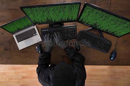robber hacking computer und laptop