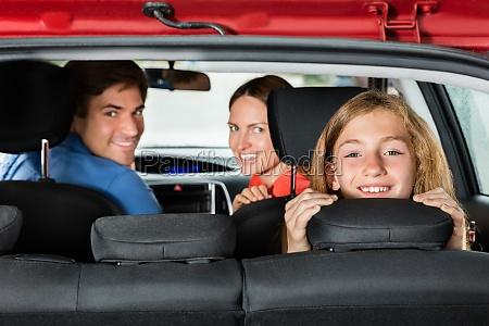 glueckliche maedchen sitzen im auto