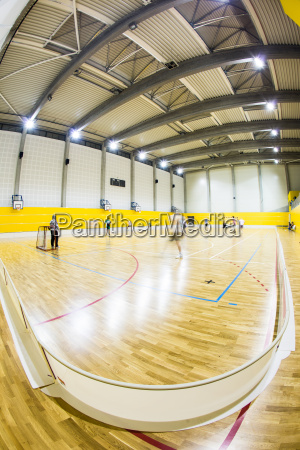 innenraum eines modernen multifunktionalen sporthalle mit