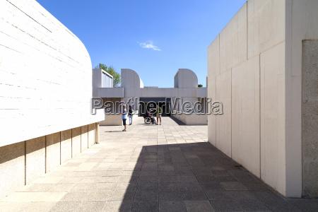 touristen auf der terrasse des gebaeudes