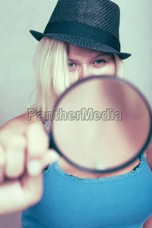 weiblicher detektiv mit lupe
