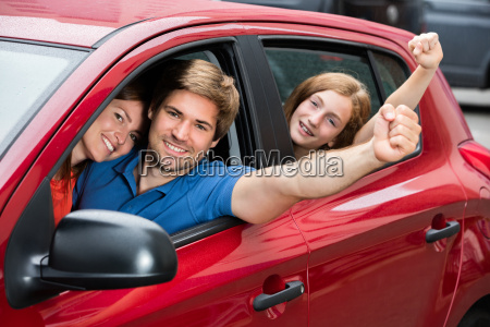 familie sitzt im auto erhoehen ihre