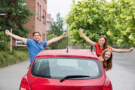 familie blick aus einem auto