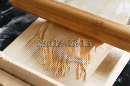 making spaghetti alla chitarra with a