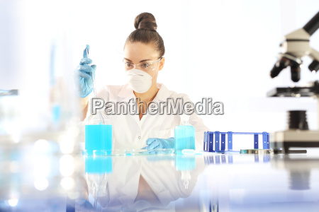 chemist untersuchen um die probe unter