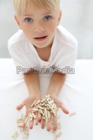paedagogischer spass kleiner junge setzt puzzle