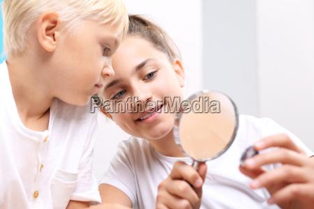 dzieci ogladaja mineraly pod lupa