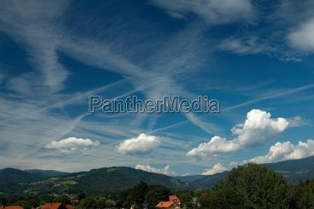 extrem blauer himmel mit mehreren kondensstreifen