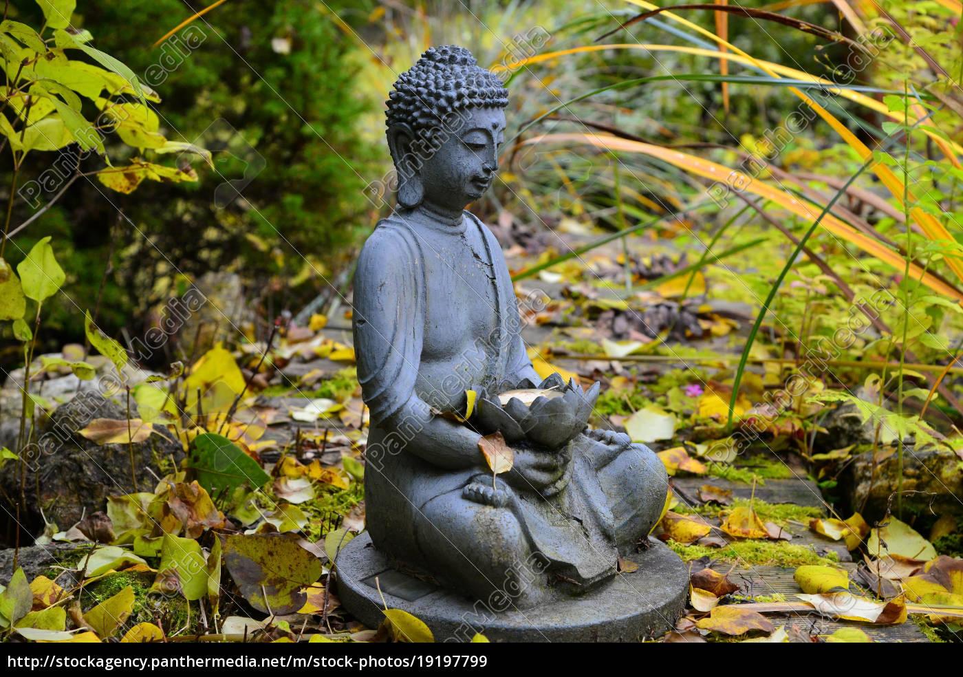 Bunter Herbst Im Garten An Einem Teich Mit Einem Buddha