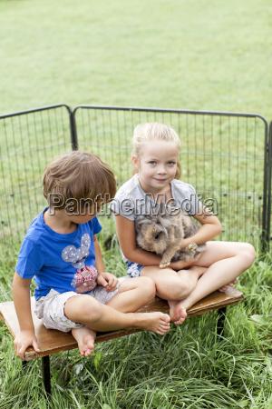 kinder spielen mit kaninchen