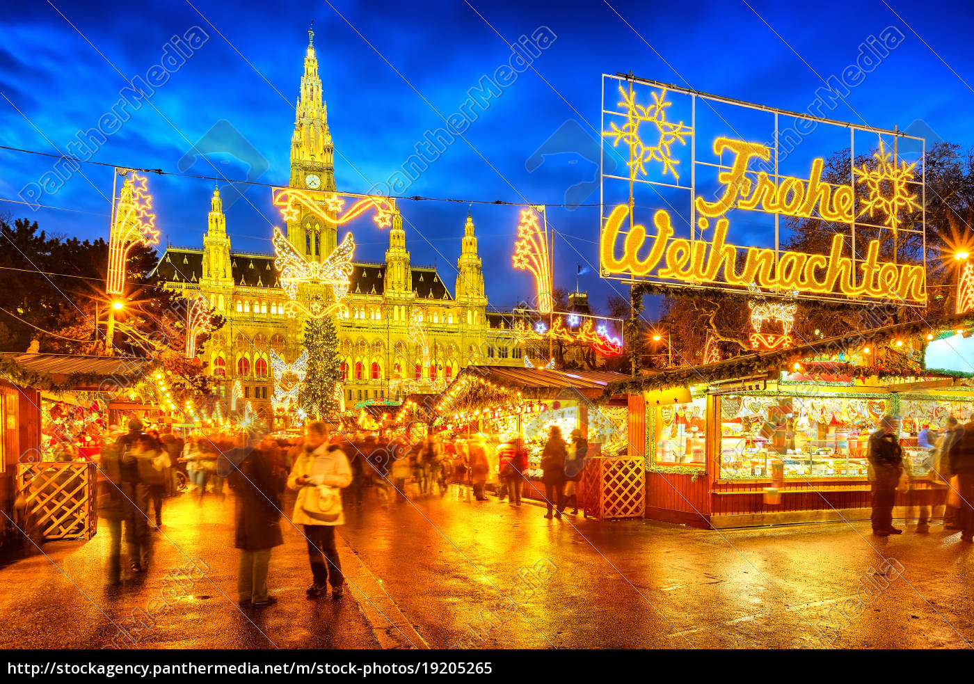 weihnachtsmarkt mit \'frohe weihnachten\' zeichen in wien - Stockfoto ...