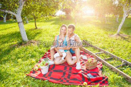 glueckliche familie ein picknick im freien