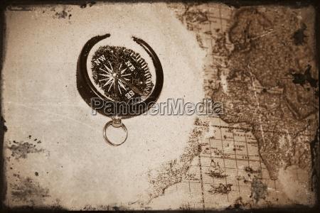kompass liegt auf alter landkarte