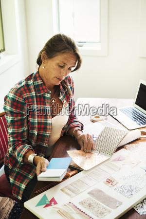 laptop notebook computer frau frauen schreibtisch