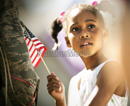 nachdenkliches junges maedchen das eine amerikanische
