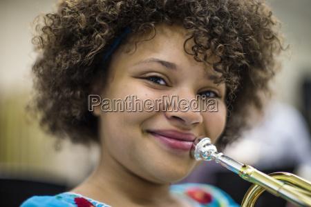 junge frau musikinstrument zu spielen