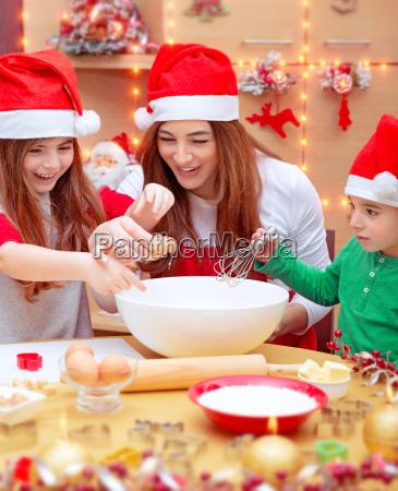 glueckliche familie bereitet sich auf weihnachten