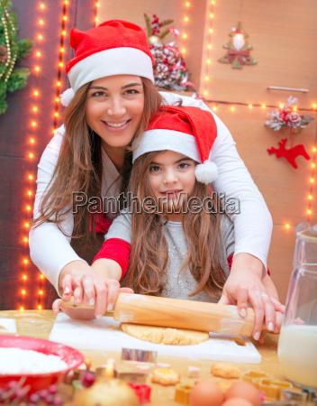 glueckliche familie das weihnachtsplaetzchen