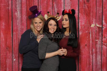 3 suesse maedchen vor einer fotobox