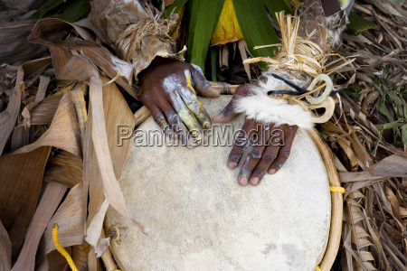 haende der traditionellen musiker spielen eine