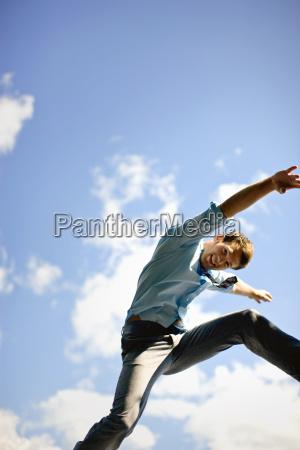 niedrige winkelsicht eines mannes springen vor