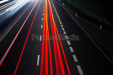 autoverkehr auf einer autobahn in der