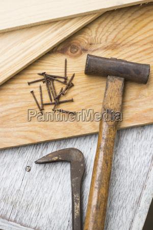 holzbretter und tischlerwerkzeuge