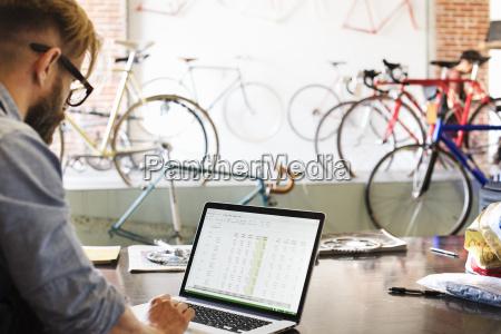 ein mann in einer fahrradwerkstatt mit
