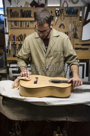 luthier bei der arbeit in seiner