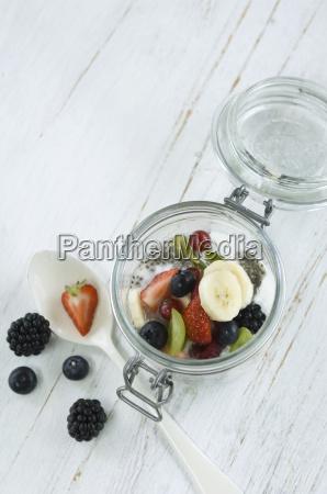 frische frucht obst erdbeere banane pudding