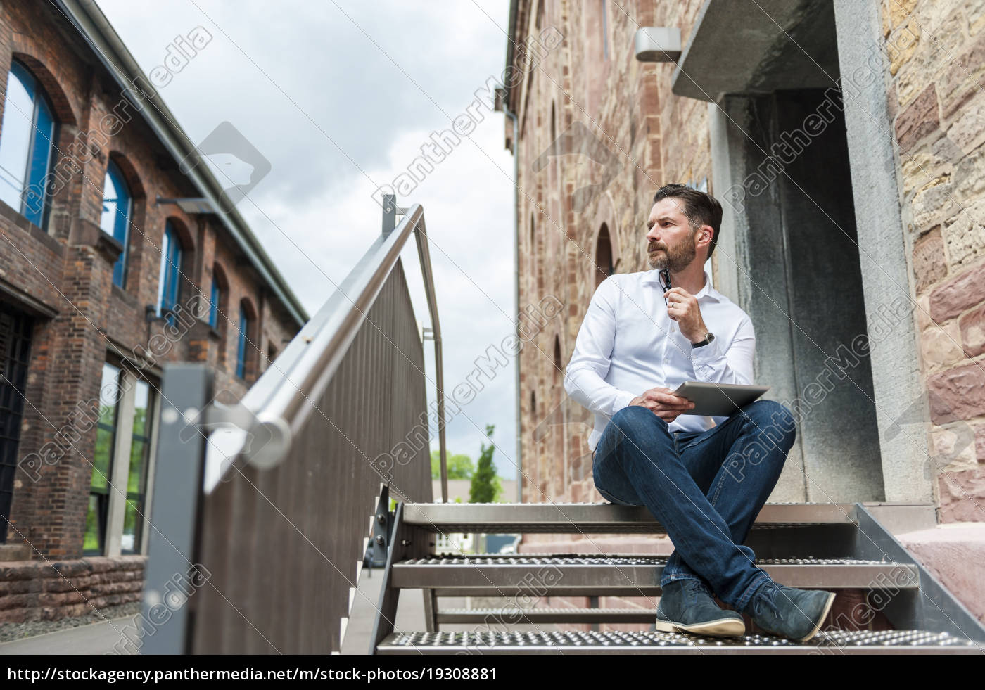 geschäftsmann, mit, tablet, auf, treppe, sitzend - 19308881