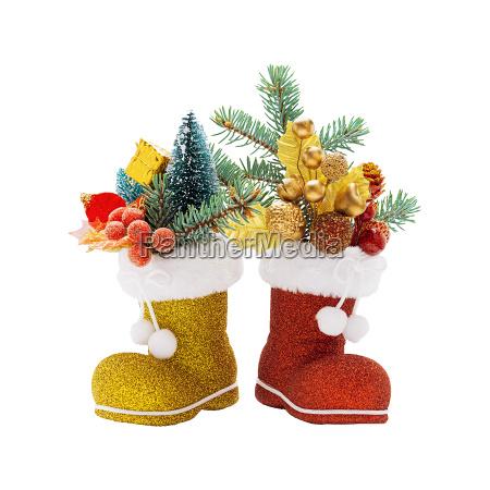zwei stiefel des weihnachtsmannes mit weihnachtsdekoration