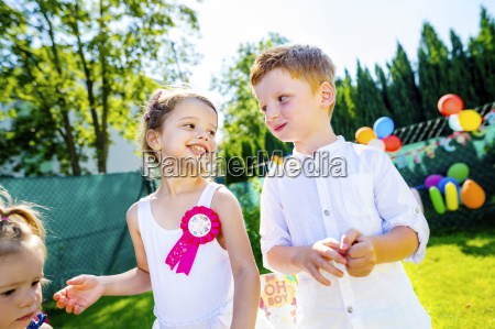 glueckliche kleine kinder geburtstagsparty im garten