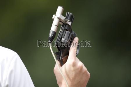 starter haelt pistole