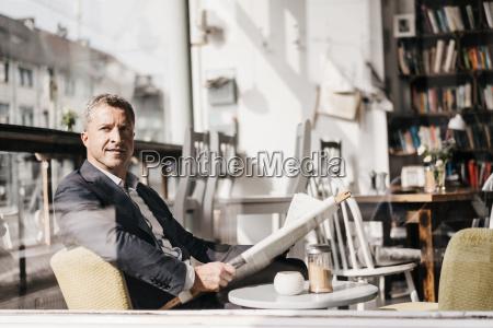geschaeftsmann sitzt in einem cafe in
