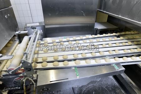 produktionslinie in einer backfabrik mit teig