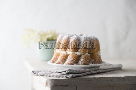 ringkuchen gefuellt mit holunderbluetencreme