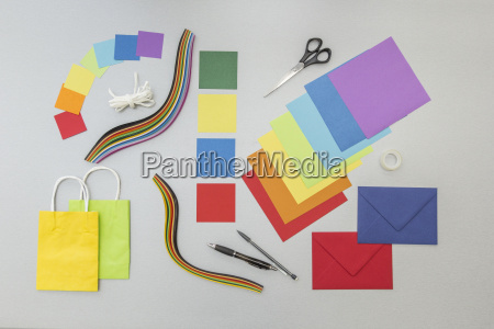 werkzeuge und buntes papier fuer handwerksprojekte