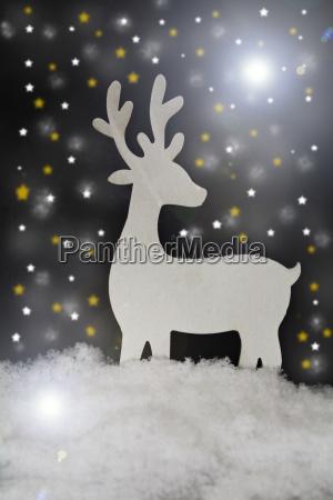 weihnachtsdekoration mit hirsch und kunstschnee