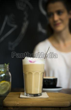 glas milchkaffee auf dem tisch im