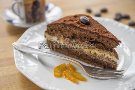 stueck schokoladenkuchen mit orangenmarmelade auf teller