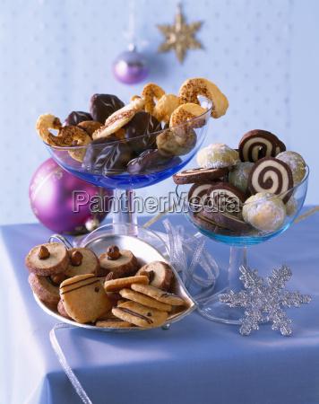 auswahl an verschiedenen weihnachtskeksen