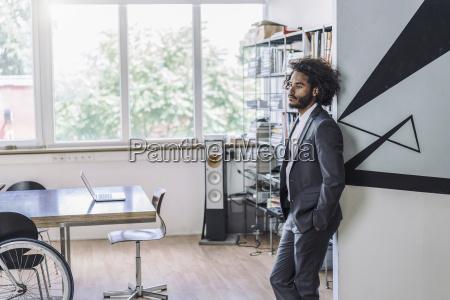 junge kreative kaufmann im amt stehen