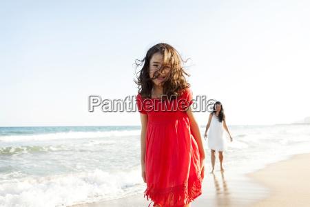 glueckliches kleines maedchen am strand mit