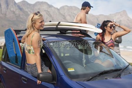 freunde mit surfbrettern auf dem auto