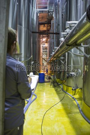 arbeitsstelle industrie industriell wein herstellung weinbau